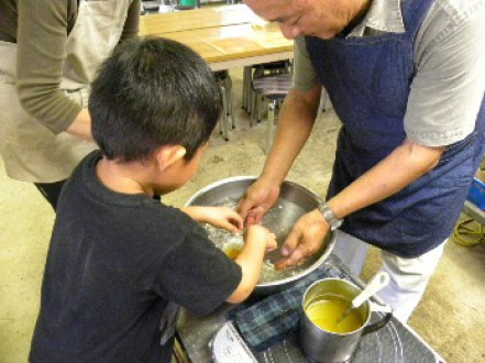 ロウの天ぷら体験中